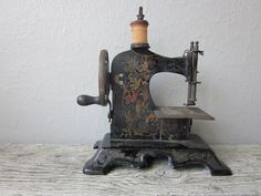 New Sewing Machine Antique Style 57 Ideas Sewing Toys, Sewing Crafts, Sewing Machine Accessories, Antique Sewing Machines, Machine Tools, Good Old, Alice In Wonderland, Old Things, Antiques