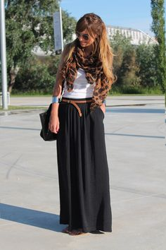 Black maxi skirt, white tank and print accessories - might have to go back to the store to get the black skirt now :) Mode Outfits, Skirt Outfits, Casual Outfits, Black Maxi Skirt Outfit, Casual Skirts, Dress Black, Look Fashion, Unique Fashion, Womens Fashion