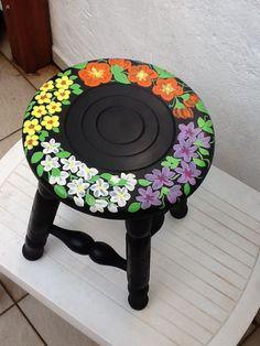 Banco custumizado com pintura de flores