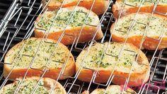 Grzanki ziołowe z grilla to pyszny i prosty do przyrządzenia pomysł na każde spotkanie przy grillu. Mogą stanowić zarówno przekąskę, jak i danie główne. Do przygotowania potrzebujesz niewielu składników, a smak zachwyci wszystkich. Sprawdź, jak przygotować grzanki z grilla, które pokochają wszyscy! Hot Dog Buns, Hot Dogs, Polish Recipes, Barbacoa, Eat Smarter, Bagel, Grilling, Sandwiches, Food And Drink