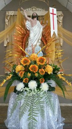 Resucitado en amarillo Church Flower Arrangements, Church Flowers, Mother Mary Pictures, Memorial Day, Church Altar Decorations, Catholic Lent, Fantasy Queen, Altar Design, Jesus Is Risen