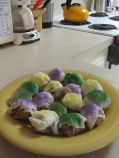 King Cake Balls - perfect NOLA sweet snack for a Superbowl party! Mardi Gras Food, Mardi Gras Party, Just Desserts, Delicious Desserts, Yummy Food, Cake Ball Recipes, Dessert Recipes, Donut Recipes, Holiday Treats
