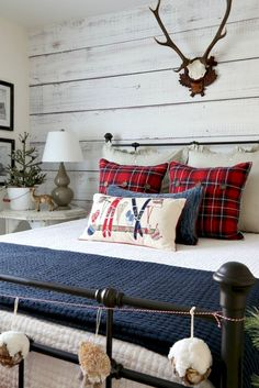 Adorable 55 Cozy Cheerful Farmhouse Christmas Bedroom https://homeastern.com/2017/09/10/55-cozy-cheerful-farmhouse-christmas-bedroom/