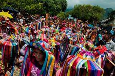 La comparsa de las negritas del Palenque es la mas colorida entre las demás. Los sombreros con las cintas de seda que caen hasta cubrir las caras de las danzantes forman una interesante combinación de colores y texturas