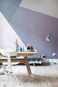 Verdeel de wand in verschillende vlakken en schilder met kleuren uit dezelfde kleuren familie. http://www.decohome.nl/assortiment/verf