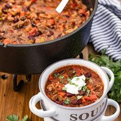 Dutch Oven Chili recipe: Dutch Oven Chili hits the spot when you want a taste of the outdoors! Whether you're camping, hunting, having a backyard campfire, or just want chili from a dutch over, this recipe won't disappoint. Creamy Cucumber Salad, Creamy Cucumbers, Baked Eggplant, Eggplant Parmesan, Grilled Halibut, Homemade Dinner Rolls, Cast Iron Dutch Oven, Fudge Sauce, Beef Short Ribs