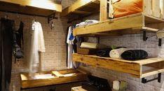 Guarda-roupa de pallet: 50 ideias descoladas para incluir na decoração Diy Clothes Rack, Ceiling Design, Closet Organization, Pallet Furniture, Pallet Projects, Bunk Beds, Tiny House, Photos, Cabinet