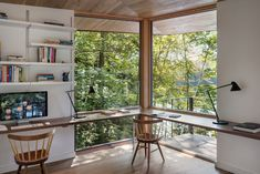Modern Cabin study with corner window. In the study of this stunning, modern cabin by Murdough Design, corner windows give the home office a tree house feel with views of the lush surrounding canopy and lake. Home Office Shelves, Home Office Setup, Home Office Space, Home Office Desks, Office Ideas, Desk Ideas, Office Decor, Small Office, Cabin Office