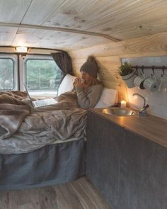 Van life looks so romantic. Van life isn't always glamorous. From the outside, van life might seem to be a sort of homelessness because it doesn't adhere to the standard norm of living within four walls Kangoo Camper, Kombi Motorhome, Kombi Home, Casas Containers, Caravan Renovation, Van Home, Van Interior, Interior Ideas, Interior Design
