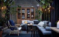 Sekcje z serii KUNGSHOLMEN do ogrodu i na balkon można połączyć tak, aby stworzyć sofę pasującą do twojej przestrzeni na dworze.