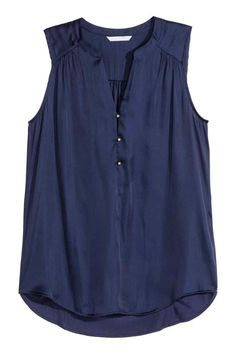 Sleeveless satin blouse with a soft, gently draping jersey back and a V-neck with buttons at the top. Slightly longer at the back. Sewing Blouses, Stitch Fix Outfits, Short Tops, Mode Outfits, Summer Tops, Blouse Designs, Shirt Blouses, Plus Size Outfits, Dame