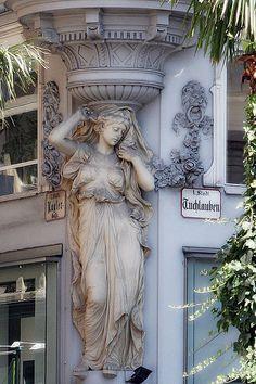 Street architecture in Wien, Austria (by maultasch_a).