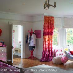 Mädchenhaft Und Modern Ist Dieses Farbenfrohe Zimmer Eingerichtet. Der  Vorhang In Pink Und Orange Besteht
