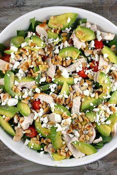 Healthy salad! Avocado, feta, cherry tomaatjes, gerookte kip, pijnboompitjes... yum!