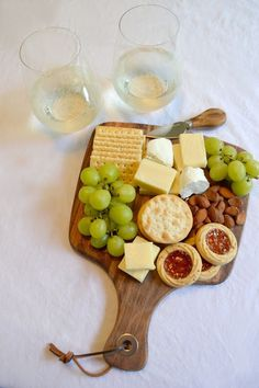 Cheese Platters, Food Platters, Grapes And Cheese, Charcuterie And Cheese Board, Food 101, Snacks Saludables, Wine Subscription, Breakfast Buffet, How To Make Cheese