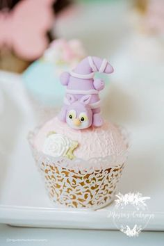 Kara's Party Ideas Pastel Glam Alice in Wonderland Birthday Party Alice In Wonderland Cupcakes, Alice In Wonderland Tea Party Birthday, Cheshire Cat Alice In Wonderland, Alice In Wonderland Birthday, Cat Cupcakes, Yummy Cupcakes, Cupcake Cakes, Mad Hatter Birthday Party, Birthday Parties