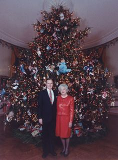 US President George Bush and First Lady Barbara Bush stand in front of their high Christmas tree decorated with dolls depicting characters from children's books, in the Blue Room at the White House in White House Christmas Tree, Christmas Past, Christmas Photos, Vintage Christmas, Christmas Holidays, Silver Christmas, Victorian Christmas, Barbara Bush, Christmas Tree Decorations