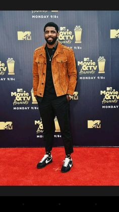 Kyrie Irving from MTV Movie & TV Awards Red Carpet Fashion The Boston Celtics player looks suave in suede. Nba Fashion, Mens Fashion, Fashion Outfits, Fashion Hats, Mode Masculine, Stylish Mens Outfits, Dope Outfits, Moda Blog, Black Men