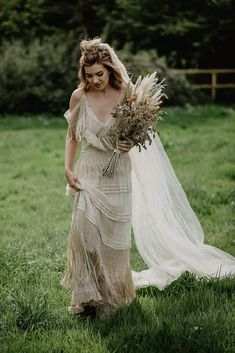 A beautiful autumnal inspired wedding shoot for a bohemian bride looking to create a boho wedding. Wedding Shoot, Boho Wedding, Decor Wedding, Gift Wedding, Dream Wedding, Structured Gown, Hair Garland, Bridal Gowns, Wedding Dresses