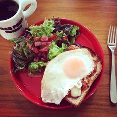 2016/06/26 13:54:16 hanana524 #breakfast #bread #休日の朝 #目玉焼きトースト #balmuda #バルミューダ