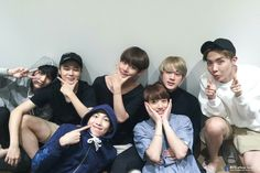 Ohhh vmin doing the same pose #friendship