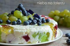 Ciasto bez pieczenia - jogurtowiec - lekka pianka z kolorowymi galaretkami zatopionymi w jej wnętrzu. Bardzo kolorowy i efektowny deser.
