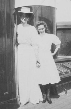 Empress Alexandra Feodorovna with her daughter Tatiana. It's a pity that there are not more photographs of the Empress smiling -- she looks enchanting when she does.