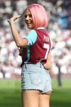 Pixie Lott - Performing At Half Time in West Ham V Everton Football Match in London – - Celebrity Nude Leaked! Hot Football Fans, Football Match, West Ham United Fc, Pinup Photoshoot, Girls Dance Costumes, Sexy Jeans, Female Singers, Celebs, Celebrities