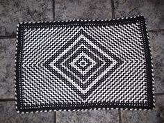 """O bichinho crocheteiro me mordeu. Nos últimos dias eu fiz vários tapetes, uma manta e até me atrevi a inventar uma """"Nossa Senhora"""". Depois e..."""