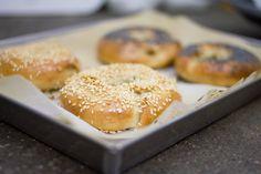 Il bagel è un prodotto di panetteria solitamente acquistato già farcito. Noi ti proponiamo la ricetta partendo dalle basi per la produzione in casa.