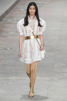 Chanel – Entschleunigung und Sinnlichkeit sind die beiden Stichworte, mit denen sich die Trendfarbe Weiß im Frühjahr wohl am besten beschreiben lässt. Die schönsten Trends vom Laufsteg gibt es hier zu sehen.