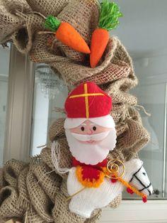Sinterklaas krans zelf maken - Sint DIY Food Crafts, Diy And Crafts, Wrapping Gift, Saint Nicholas, Reno, Winter Wonderland, Decoration, Fabric Crafts, December