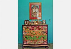 Um mosaico de amostras de tecido foi aplicado no guarda-roupa de madeira maciça, garimpado nas Casas André Luiz. O trabalho é da designer de interiores Neza Cesar