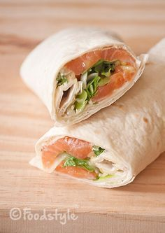 These Salmon Wraps with cream cheese and arugula are delicious, healthy and easy to take for lunch to work or on the go. These Salmon Wraps with cream cheese and arugula are delicious, healthy and easy to take for lunch to work or on the go. Wrap Recipes, Salmon Recipes, Seafood Recipes, Clean Eating Snacks, Healthy Snacks, Healthy Recipes, Healthy Lunch Wraps, Snacks Sains, Tortilla Wraps