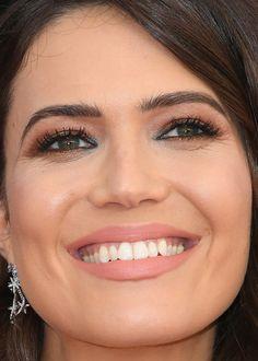 Close-up of Mandy Moore at the 2018 SAG Awards.