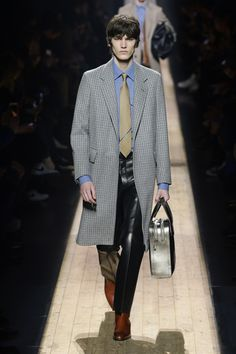 Dunhill Fall 2018 Menswear Fashion Show Collection: See the complete Dunhill Fall 2018 Menswear collection. Look 19 Alfred Dunhill, Mens Fall, Fashion Show Collection, Fall 2018, Leather Fashion, Houndstooth, Dapper, Leather Pants, Vogue