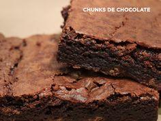 Brownie tradicional, elaborado con chocolate semi amargo belga y trocitos de chocolate de leche que aparecen en cada bocado sorpresivamente.