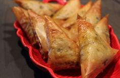 Meat Samosas (cooked in the oven) Finger Food Appetizers, Finger Foods, Appetizer Recipes, Indian Food Recipes, Asian Recipes, Ethnic Recipes, Yummy Recipes, Antipasto, Aperitivos Finger Food