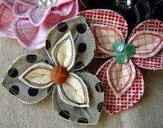 comment faire des fleurs en tissu, modèle de tissus à trois pétales et de couleurs diverses, centre en boutons Diy Ribbon, Ribbon Crafts, Fabric Crafts, Burlap Flowers, Diy Flowers, Fabric Flowers, Fabric Brooch, Fabric Flower Tutorial, My Sewing Room