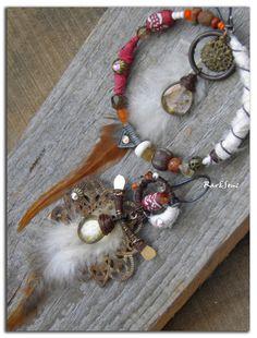 Réservées-Boucles d'oreille ethniques asymétriques créole et métal oxydé,plume pointe rousse, soie indienne blanche-Cornaline,cristal et argile- : Boucles d'oreille par rare-et-sens