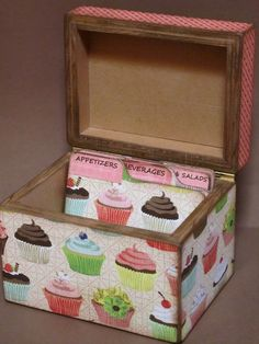 recipe box - divider for desserts Recipe Cards, Recipe Box, Crafts To Make, Diy Crafts, Vintage Baking, Ideas Prácticas, Pintura Country, Pretty Box, Altered Boxes