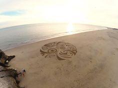 http://www.demotivateur.fr/article-buzz/cet-artiste-dessine-des-uvres-gigantesques-dans-le-sable-de-la-plage-photographi-par-un-drone-le-r-sultat-est-exceptionnel--1451