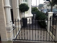 Front of house - side view with slate chips. Victorian Front Garden, Victorian Hallway, Victorian Terrace, Victorian Homes, Garden Design London, London Garden, Metallic Wall Tiles, White Tiles, Victorian Mosaic Tile