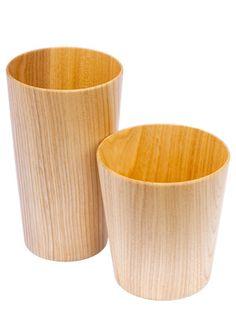 """開発に1年! 特殊形状の刃が生んだ紙のように薄い木のカップ - トレンド - 日経トレンディネット    一見、観賞用の工芸品にも見えるが、日用品としての実用性も高い。冷たいものから熱いものまで入れられるだけでなく、熱伝導率が低いため、熱しにくく冷めにくいのだ。触り心地が優しく、木のぬくもりを感じられるのも醍醐味。ついつい手に持っていたくなる。     この""""極薄""""木製カップを作り出したのが、家具の街、北海道旭川市にある「高橋工芸」。主にロクロ挽きによる木製テーブルウエアを手がける工場だ。"""