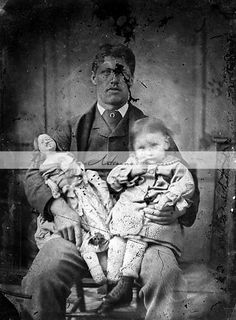 Creepy old portrait Creepy Old Pictures, Scary Photos, Vintage Pictures, Odd Pictures, Weird Old Photos, Creepy Images, Halloween Photos, Vintage Halloween, Images Terrifiantes
