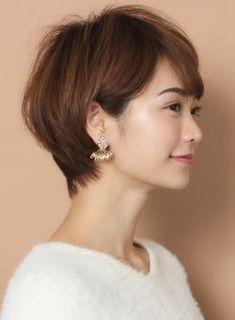 オリジナルのひねりカットで出す自然で女性らしい丸みと、スライドカット独特の立体感とボリューム感が合わさったショートヘアです!サイドを耳にかければショートっぽく、サイドを下ろせばショートボブっぽい丸みと長さがでる万能スタイルです。顔型や頭の形もカットで補正しやすいのでオススメです。直毛すぎる方のみワンカールのパーマをかけるとより可愛くやりやすくなります。