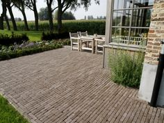 Jaren30woningen.nl | Terras met sierbestrating: mooi bij een #jaren30 woning Outside Living, Outdoor Living, Back Gardens, Outdoor Gardens, Barn Renovation, Garden Paving, Home Porch, Classic Garden, Outdoor Spaces