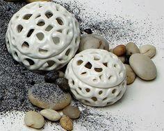 La scatolina tonda traforata AD Emozioni, in #ceramica bianca. bit.ly/1EJ41PN #bomboniere #scatole