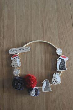 Ghirlanda dipinta a mano in legno con pinguini natalizi e pompom rossi e grigi. Decorazione natalizia da appendere per bambini e adulti. di IlluminoHomeIdeas su Etsy Crochet Earrings, Christmas Decorations, Etsy, Jewelry, Jewlery, Jewerly, Schmuck, Jewels, Jewelery