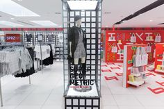 We're feeling inspired by Sigrid Calon's graphic in-store activation design at Uniqlo's Fifth Avenue retail location in NYC! Retail Store Design, Retail Shop, Uniqlo, Visual Merchandising, Fashion Retail Interior, Japanese Logo, Retail Concepts, Branding Materials, Retail Space